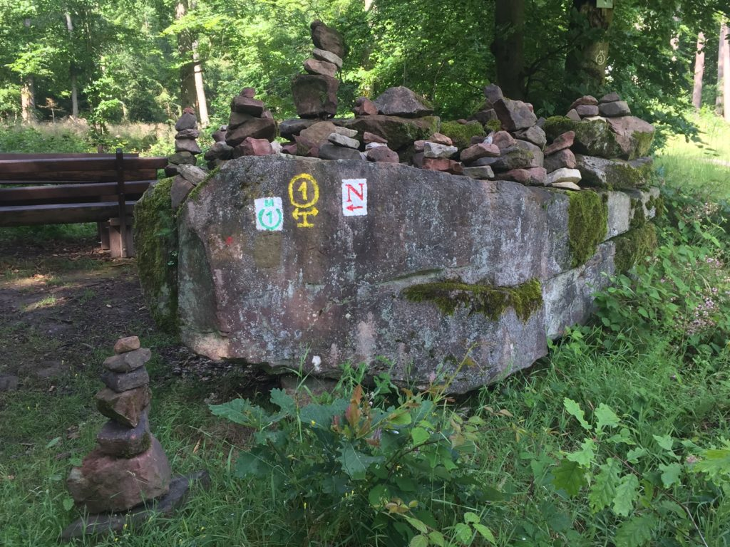 06_nibelungensteig_armorbach-miltenberg-wanderersteine-vor-ringwall