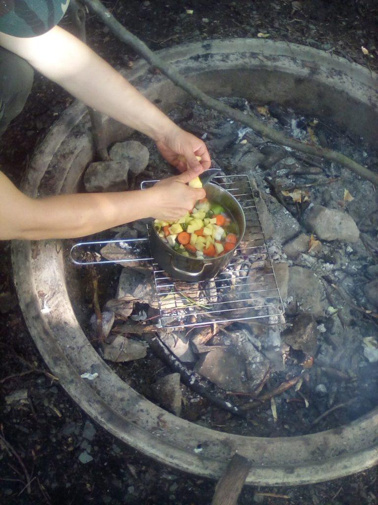 lagerfeuer-feuerstelle-kochen-outdoor-ladventure